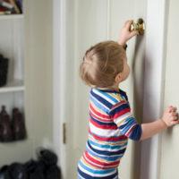 Продажа квартиры с несовершеннолетним собственником: права детей и необходимые документы